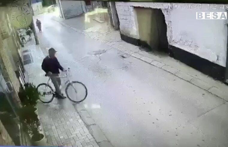 Kështu vidhet biçikleta para një lokali në Prizren (VIDEO)