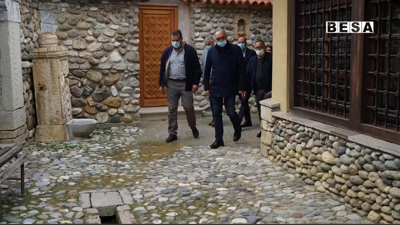 Kandidati Shaqir Totaj viziton Teqenë Halveti dhe po kështu takon sportist e fermerë në Prizren